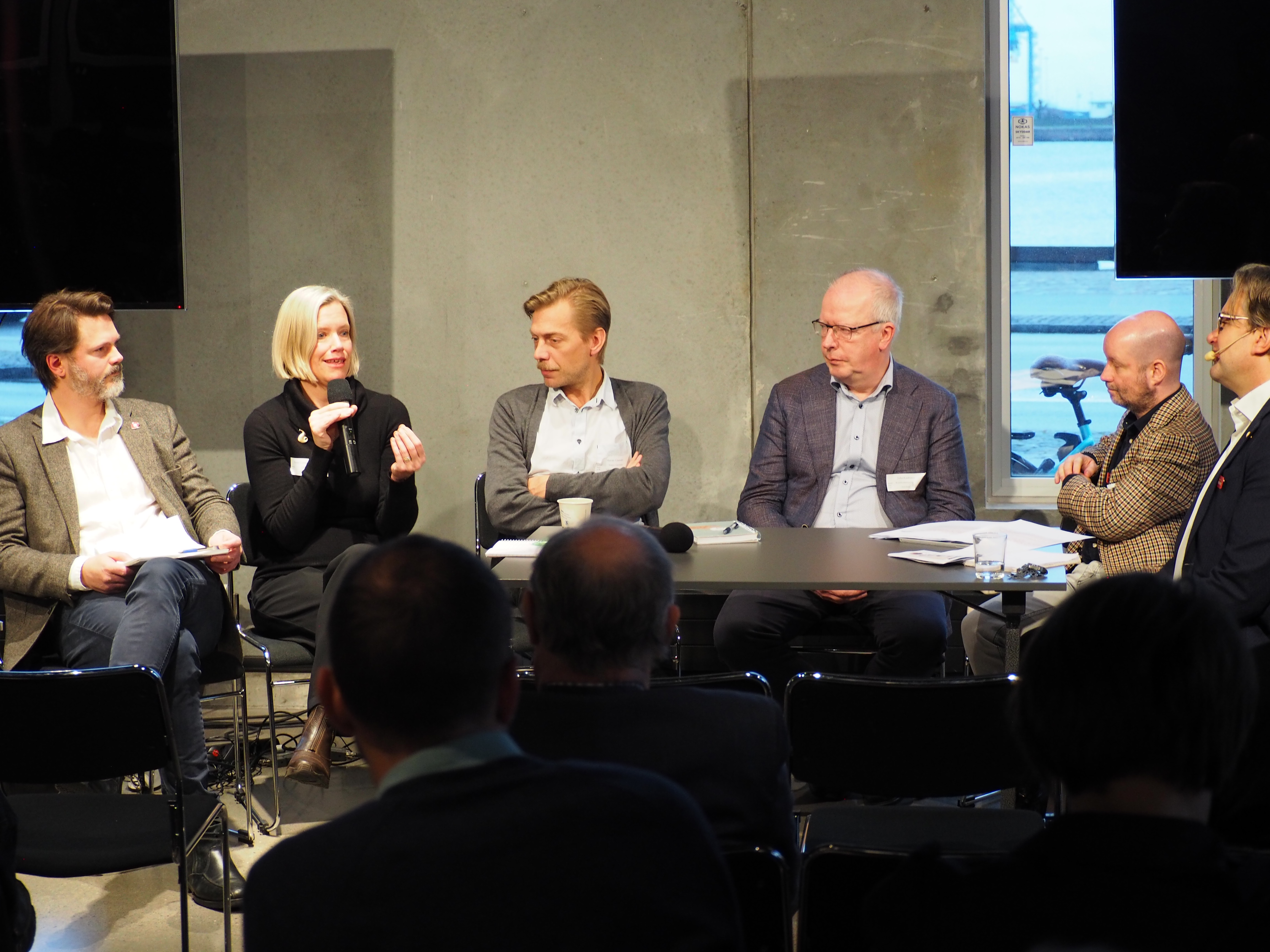 Markus Kallifatides, Anna Granath Hansson, Martin Grander, Juha Kaakinen och Jonas Wihlstrand om bostadspolitik och lösningar för att få fram bostäder. (Foto: Charbel Sader)